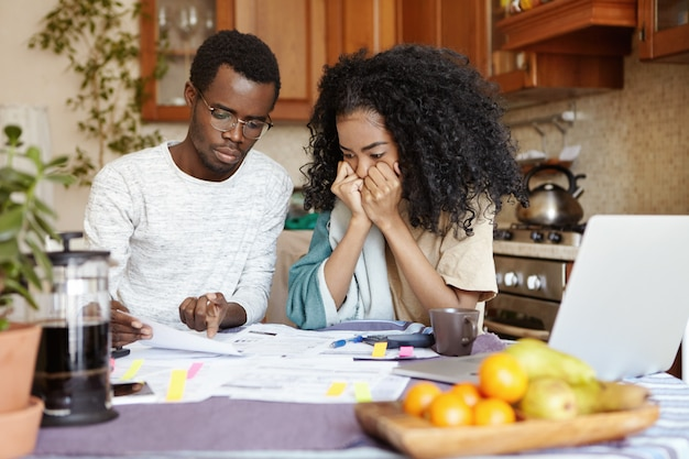Ha sottolineato la giovane moglie africana che si tiene le mani sul viso, ascoltando disperata il marito che legge la notifica, informando che devono lasciare il loro appartamento a causa del mancato pagamento
