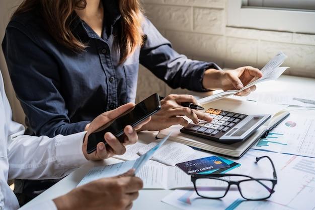 Подчеркнул молодая пара, проверка счетов, налогов, баланса банковского счета и расчета расходов в гостиной