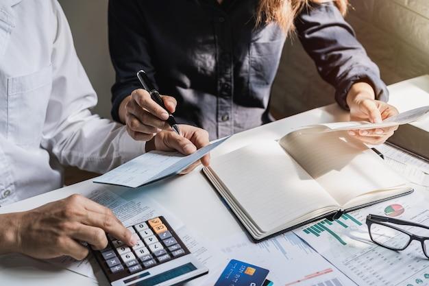 집에서 거실에서 청구서, 세금, 은행 계좌 잔고 및 비용 계산을 강조하는 젊은 부부