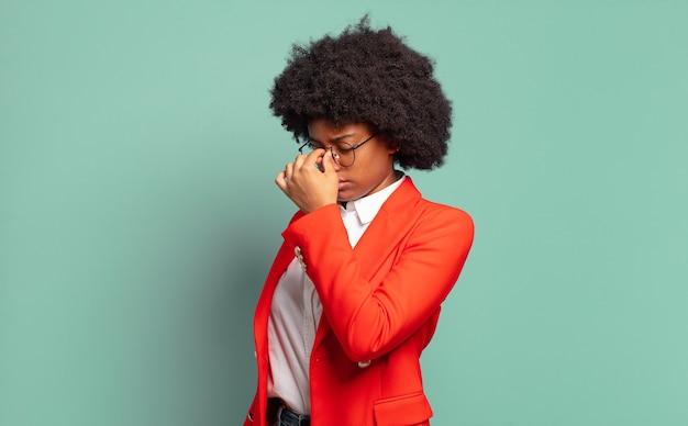仕事で若いかなり黒人女性を強調
