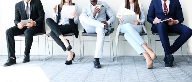 Напряженные деловые люди ждут собеседования