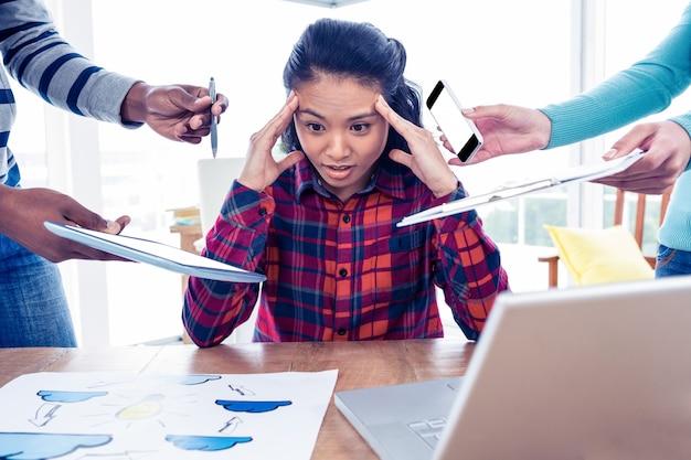 창조적 인 사무실에 앉아있는 동안 내려다보고 스트레스 사업가
