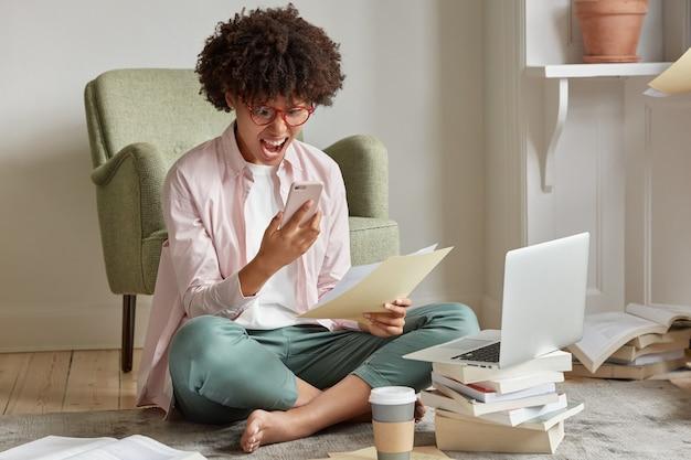 스트레스가 많은 프리랜서가 전화 통화를합니다.