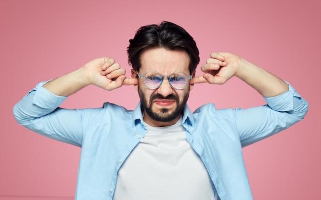 Стрессовый самец затыкает уши и держит глаза закрытыми из-за розового