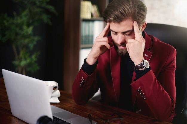 Напряженный человек, работающий в офисе
