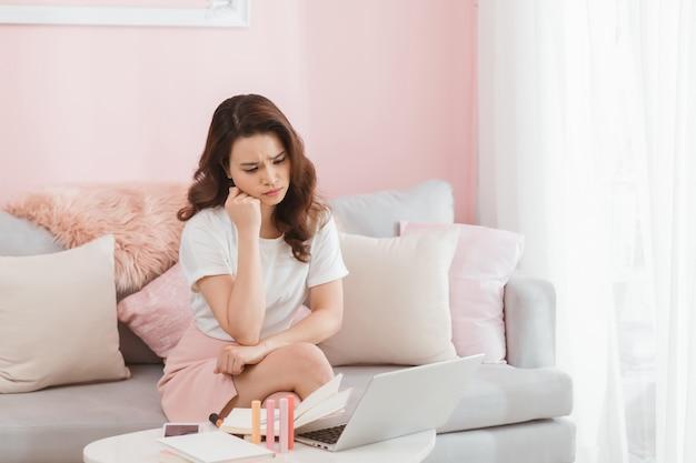 스트레스가 많은 온라인 사업가 초상화. 화가 감정에 여자입니다.