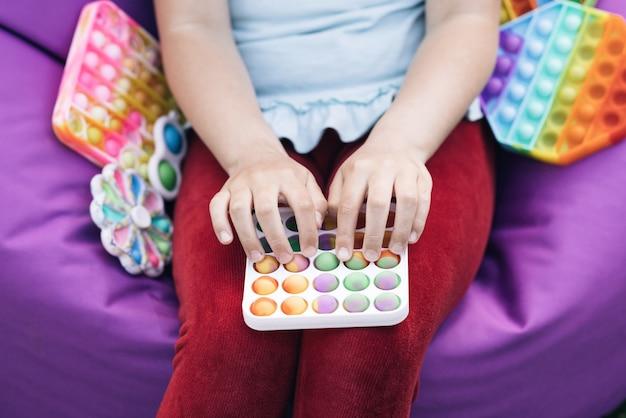 포핏 푸시 팝 버블 안절부절 장난감을 가지고 노는 스트레스가 많은 사람