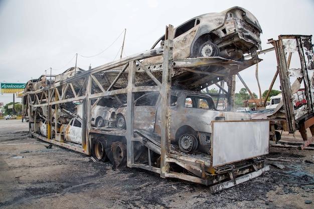 들것 운반 트럭, 고속도로에서 화재 발생 및 여러 대의 차량 태워