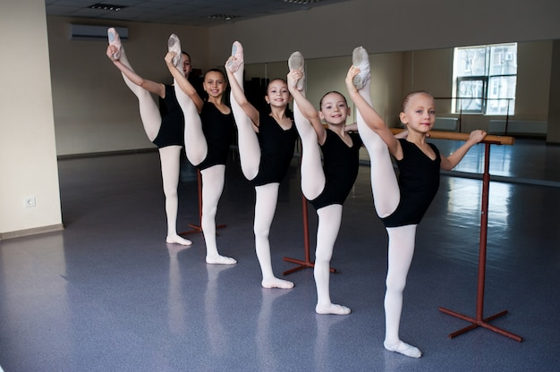 Растяжка, дети в балетном классе танца.