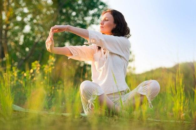 屋外の運動で女性をストレッチヨガをして笑う幸せ