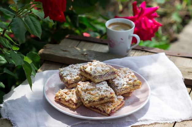 ローズジャムを詰めたシュトロイゼルパイ。コーヒーを添えて。素朴なスタイル。