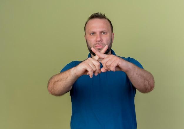 Строгий взрослый славянский мужчина, не делающий жестов