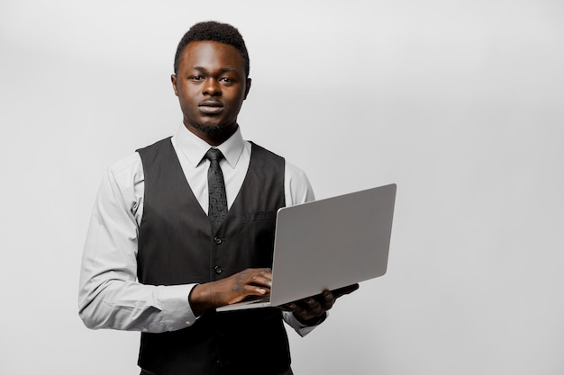 노트북과 비즈니스 옷에 엄격한 아프리카 보스