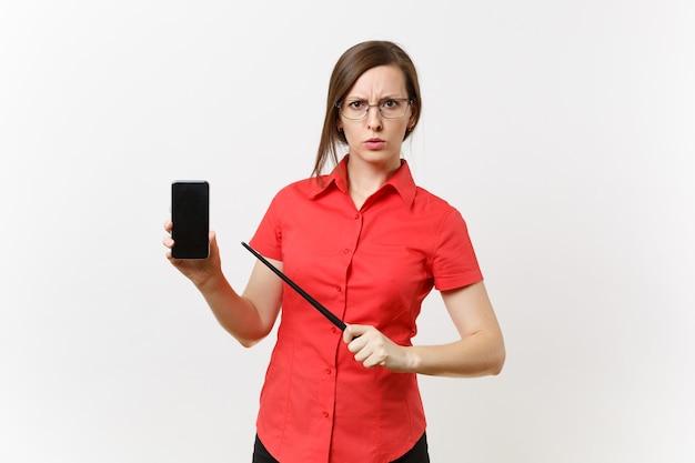 빨간색 셔츠를 입은 엄격하고 심각한 교사 여성 사용자는 흰색 배경에 격리된 공간을 복사하기 위해 빈 화면이 있는 모바일 스마트폰을 들고 있습니다. 고등학교 대학 개념에서 교육 교육입니다.