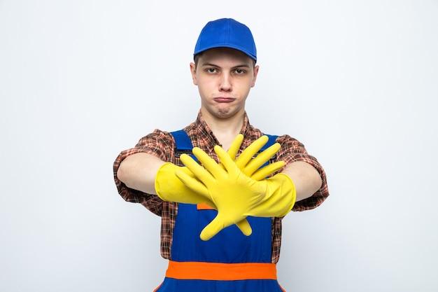 制服と手袋をしたキャップを身に着けている若い掃除人がいないという厳格なジェスチャーを示す