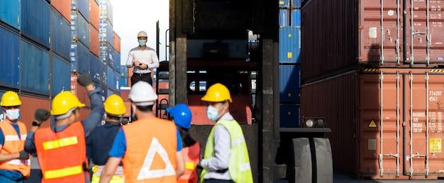 Забастовка рабочих на контейнерной площадке.