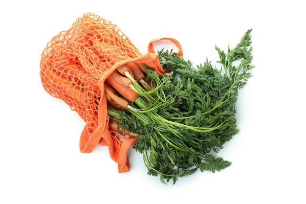 Мешок с морковью, изолированные на белом фоне