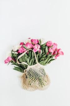 Сумка-нитка с розовыми и белыми цветами пиона на белой поверхности