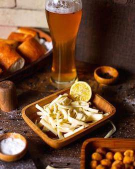 Formaggio a pasta filata con birra sale pepe e pane
