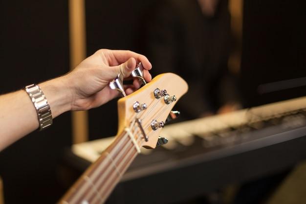 Stringing guitar
