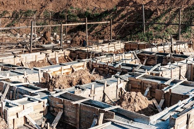 집을 짓는 동안 거푸집 공사로 기초를 벗기십시오. 신뢰할 수 있는 철근 콘크리트 기초. 건설 현장입니다.