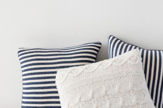 Полосатые и вязаные подушки