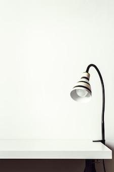 책상에 줄무늬 흑백 램프입니다. 착색.