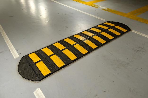 도로에 줄무늬 검정색과 노란색 속도 범프.