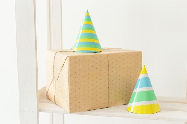 Полосатые шляпы разноцветные конусы. концепция вечеринки по случаю дня рождения.