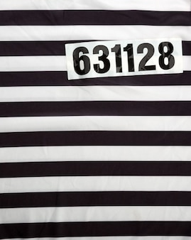 Полосатое платье для заключенных и номер