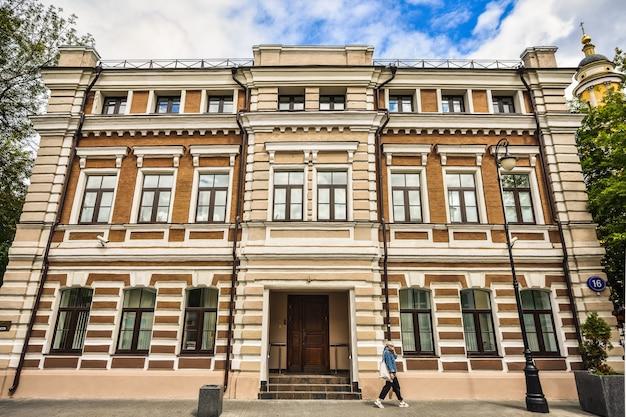 지나가는 사람과 함께 모스크바에 있는 석조 건물의 줄무늬 외관