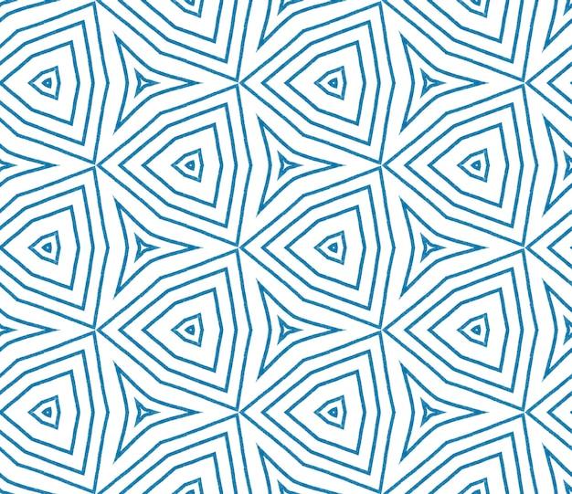 줄무늬 손으로 그린 패턴입니다. 파란색 대칭 만화경 배경입니다. 직물 준비 정통 인쇄, 수영복 직물, 벽지, 포장. 줄무늬 손으로 그린 타일을 반복합니다.