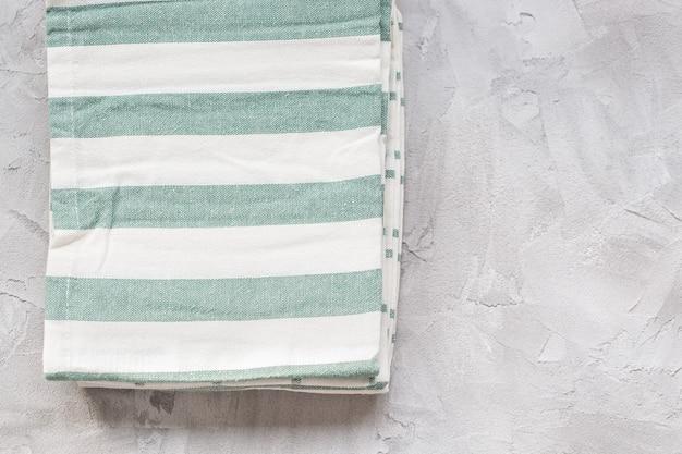 Полосатые кухонные полотенца на сером фоне