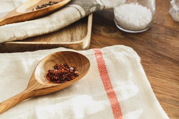 Полосатая льняная салфетка на деревянный стол со специями