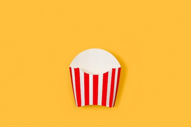노란색 배경에 튀긴 감자를 위한 줄무늬 빨간색과 흰색 상자