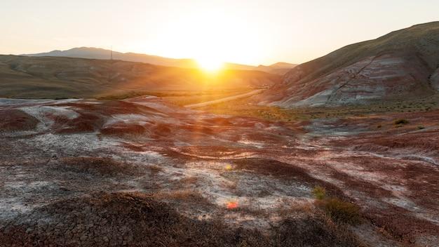 自然の縞模様の赤い山の風景の美しさ Premium写真