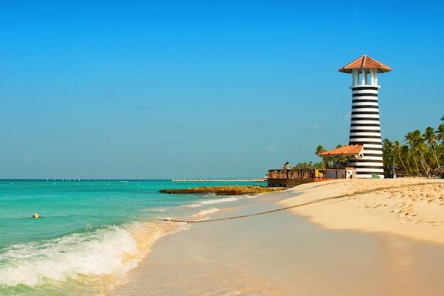 カリブ海の海岸にある縞模様の赤白の灯台。ドミニカ共和国。