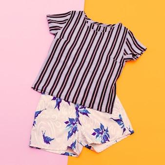 ストライプのサマースタイル。トレンディなtシャツとショーツ。