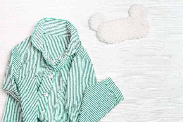 스트라이프 여성 잠옷과 수면 마스크