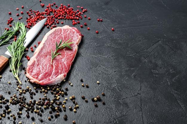 Стриплойн, стейк из корейки или нью-йорк. сырая говядина.