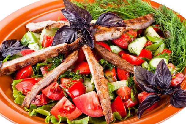 Полоски ростбифа и тушеные овощи. салат. изолированные