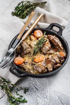 버섯과 크림 화이트 스트로가 노프 닭 간. 평면도