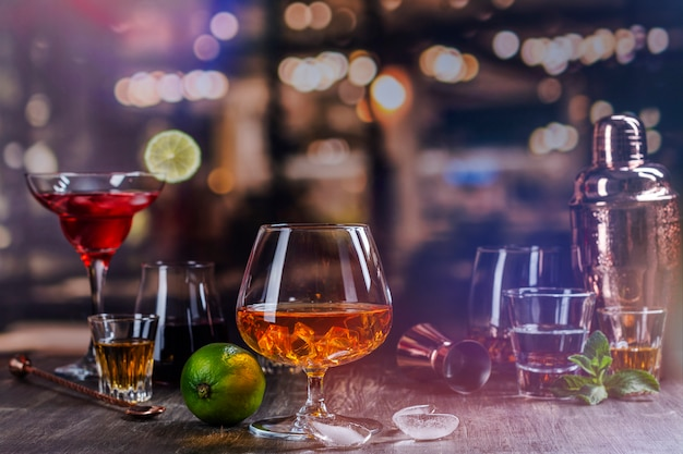 바에서 강한 알코올 음료