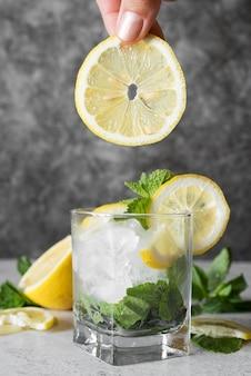 レモンと四角いガラスの強いアルコール飲料