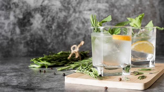 Крепкий алкогольный напиток в прозрачных стаканах