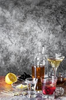 強いアルコール飲料大理石のコピースペースの背景