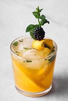 Крепкий алкогольный напиток с фруктами высокий вид