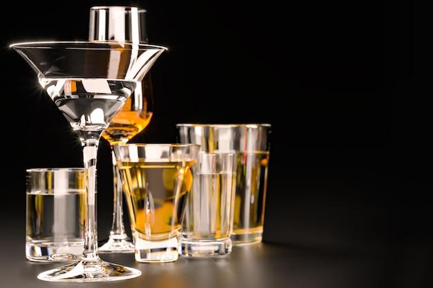 Крепкие алкогольные напитки, в очках на темном фоне
