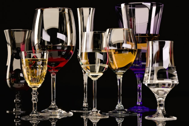 어두운 배경에 안경에 강한 알코올 음료