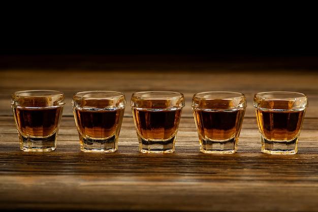 テーブルの上のグラスに入った強いアルコール飲料、アルコール飲料の飲み物